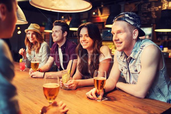 Glücklich Freunde Getränke sprechen bar Veröffentlichung Stock foto © dolgachov
