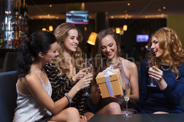 Foto stock: Feliz · mujeres · champán · regalo · club · nocturno · celebración