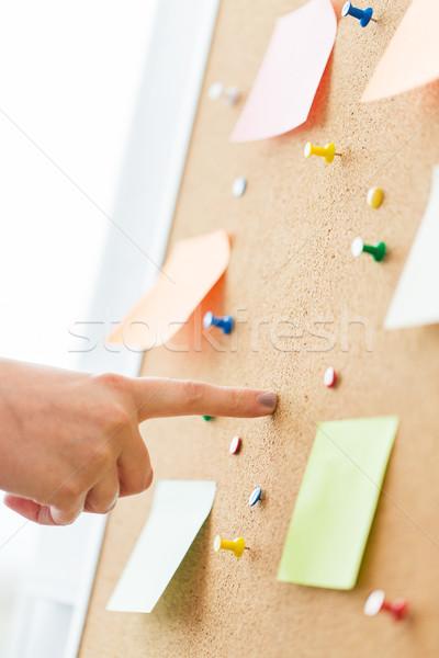 Foto stock: Mão · indicação · placa · de · cortiça · adesivos · escritório · pessoas · de · negócios