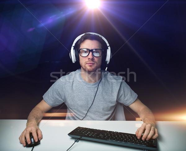 Man hoofdtelefoon spelen computer video game technologie Stockfoto © dolgachov