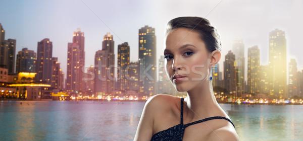 Gyönyörű fiatal ázsiai nő fülbevaló város Stock fotó © dolgachov