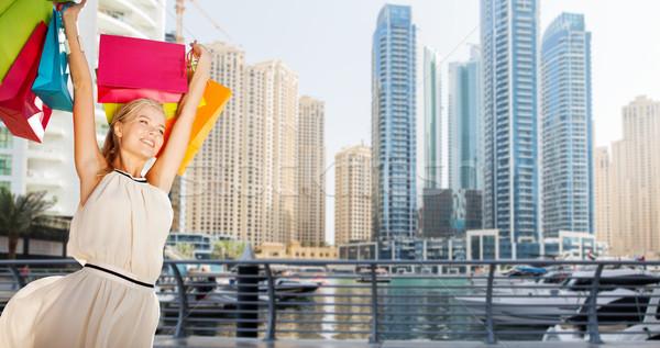 Boldog nő bevásárlótáskák Dubai város emberek Stock fotó © dolgachov