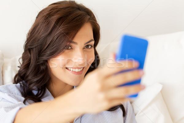 счастливым женщину смартфон домой люди Сток-фото © dolgachov