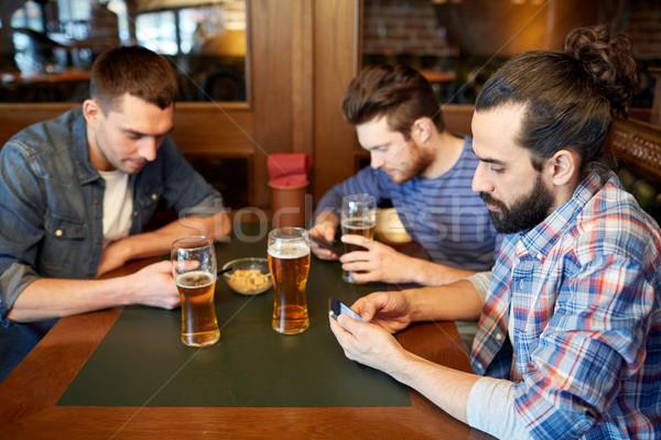 男性 スマートフォン 飲料 ビール バー パブ ストックフォト © dolgachov