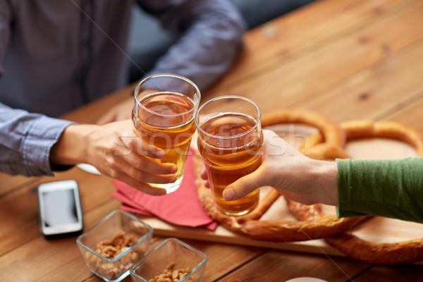 ストックフォト: 手 · ビール · バー · パブ · 人