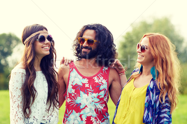 Glimlachend jonge hippie vrienden praten buitenshuis Stockfoto © dolgachov
