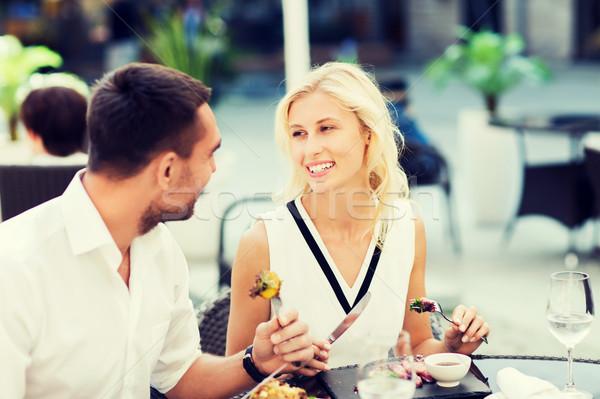 Feliz casal alimentação jantar restaurante terraço Foto stock © dolgachov