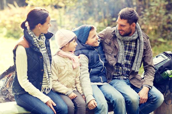 Stock fotó: Boldog · család · ül · pad · beszél · tábor · kempingezés