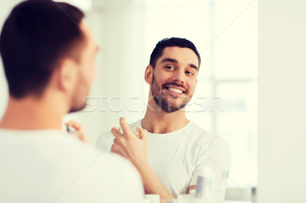 Foto stock: Homem · perfume · olhando · espelho · banheiro · perfumaria