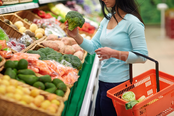 Mujer cesta compra brócoli venta Foto stock © dolgachov
