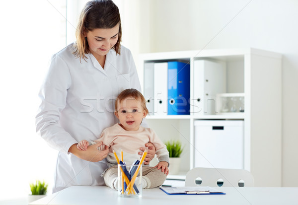 Feliz médico pediatra bebê clínica medicina Foto stock © dolgachov