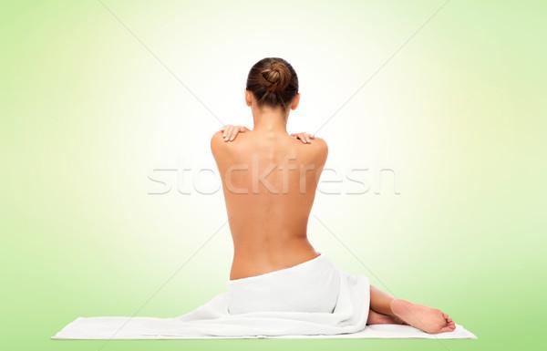Belle jeune femme serviette Retour salon de beauté Photo stock © dolgachov