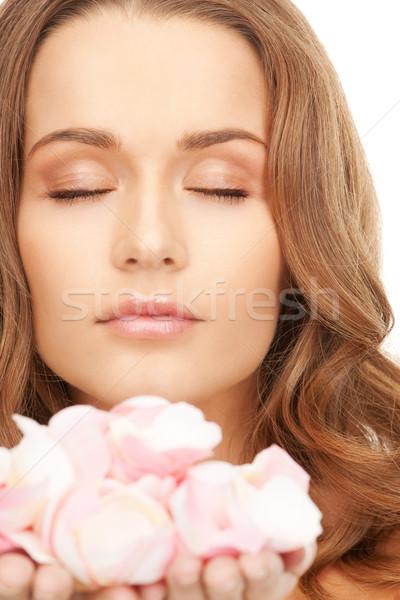 Foto stock: Bela · mulher · pétalas · de · rosa · quadro · mulher · menina · rosa