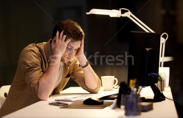 Hombre ordenador de trabajo tarde noche oficina Foto stock © dolgachov