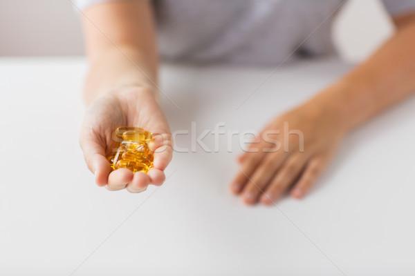 Hand lever olie capsules geneeskunde Stockfoto © dolgachov