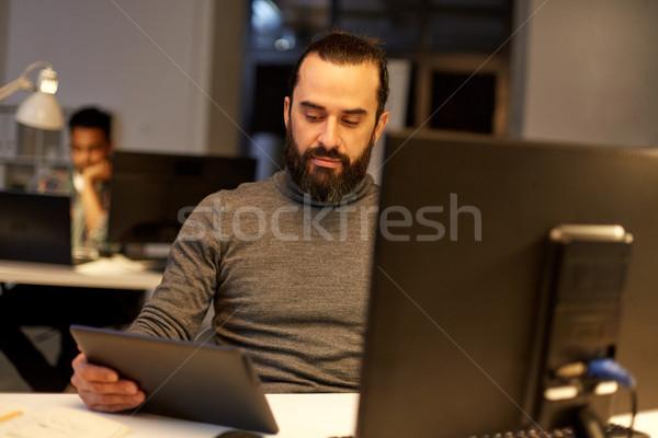 Creativo uomo computer lavoro tardi ufficio Foto d'archivio © dolgachov