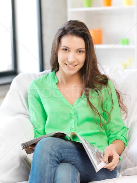 Gelukkig glimlachende vrouw magazine heldere foto vrouw Stockfoto © dolgachov