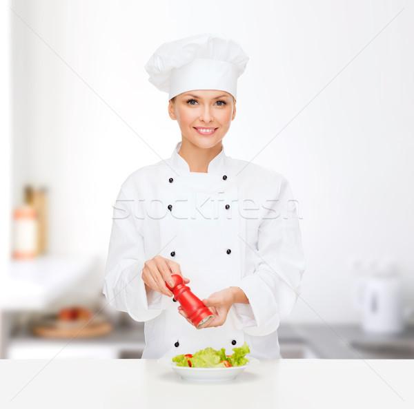 Uśmiechnięty kobiet kucharz Sałatka gotowania żywności Zdjęcia stock © dolgachov