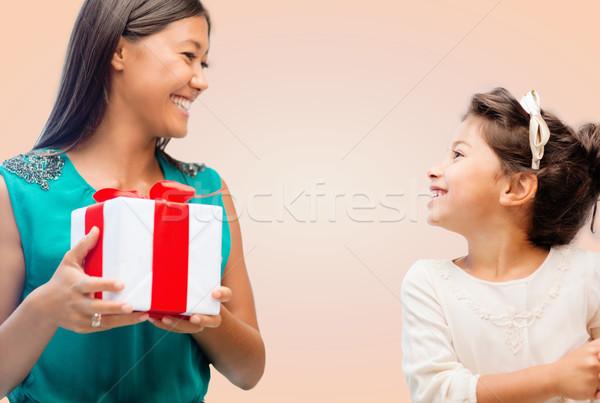 Gelukkig moeder kind meisje geschenkdoos vakantie Stockfoto © dolgachov