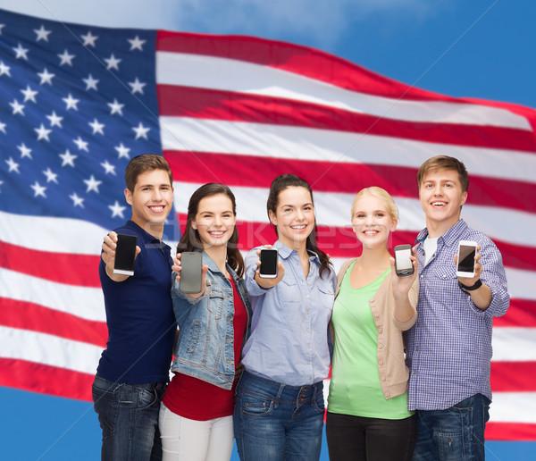 Studenten tonen smartphones onderwijs moderne technologie Stockfoto © dolgachov