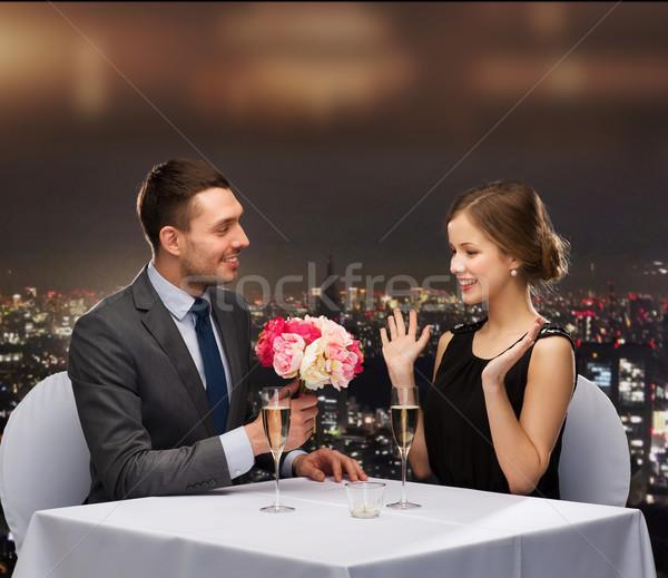 Lächelnd Mann Blumenstrauß Frau Restaurant Paar Stock foto © dolgachov