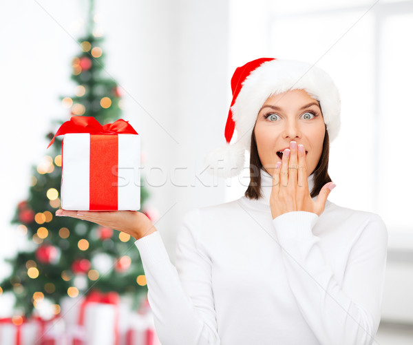 Lächelnde Frau Helfer hat Geschenkbox Stock foto © dolgachov