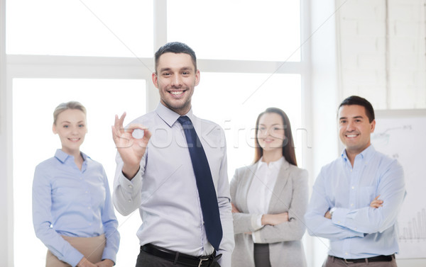Glimlachend zakenman tonen kantoor business teamwerk Stockfoto © dolgachov