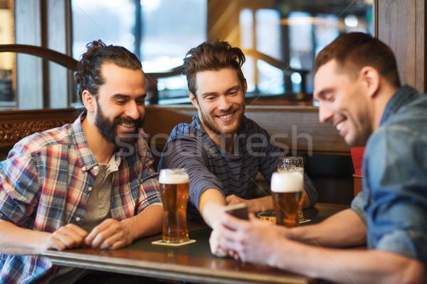 男性 友達 スマートフォン 飲料 ビール バー ストックフォト © dolgachov