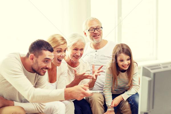 Família feliz assistindo tv casa família felicidade Foto stock © dolgachov