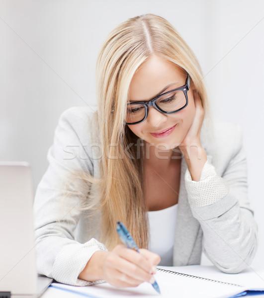 女實業家 文件 圖片 微笑的女人 筆 商業照片 © dolgachov