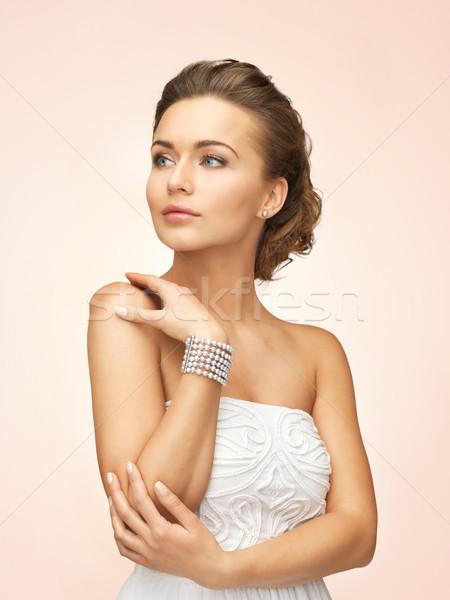 Femme perle boucles d'oreilles bracelet belle mariée Photo stock © dolgachov