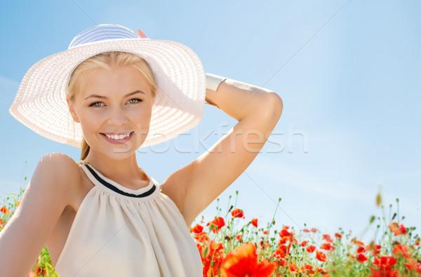 Souriant jeune femme chapeau de paille pavot domaine bonheur Photo stock © dolgachov