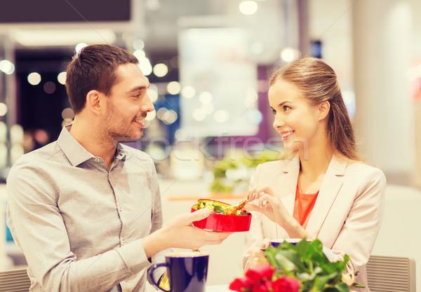 Glücklich Paar vorliegenden Blumen Mall Liebe Stock foto © dolgachov