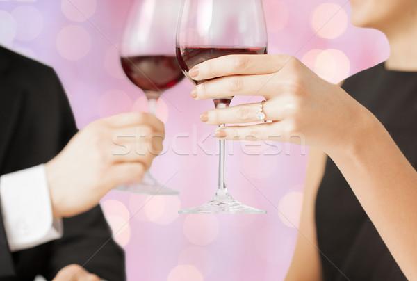 Heureux engagé couple verres à vin personnes vacances Photo stock © dolgachov