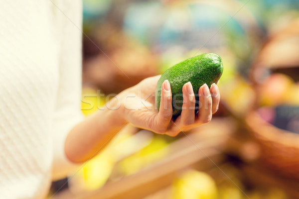 Mulher mão abacate mercado Foto stock © dolgachov