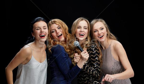 Heureux jeunes femmes micro chanter karaoke vacances Photo stock © dolgachov