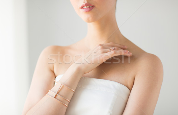 Mujer hermosa anillo pulsera glamour belleza Foto stock © dolgachov