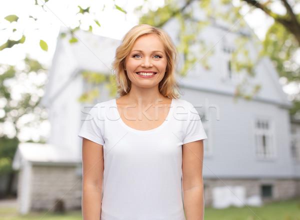 Mujer sonriente blanco camiseta inmobiliario casa personas Foto stock © dolgachov