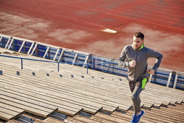 Moço corrida em cima estádio fitness esportes Foto stock © dolgachov