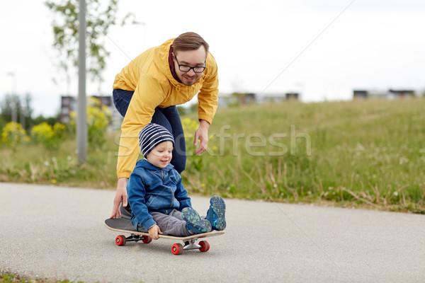 Felice padre piccolo figlio equitazione skateboard Foto d'archivio © dolgachov