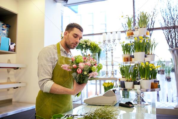Virágárus férfi készít köteg virágüzlet emberek Stock fotó © dolgachov