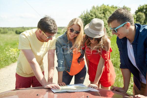 счастливым друзей карта автомобилей поиск расположение Сток-фото © dolgachov