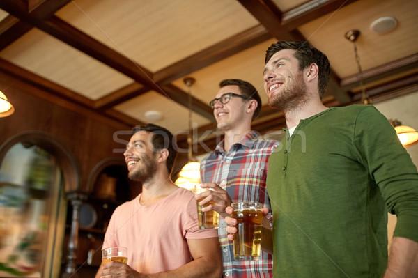 Barátok sör néz sport bár kocsma Stock fotó © dolgachov