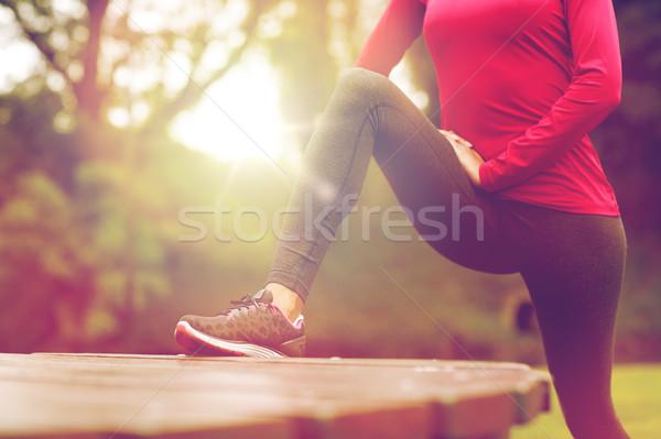 ストックフォト: 女性 · ストレッチング · 脚 · 屋外 · フィットネス