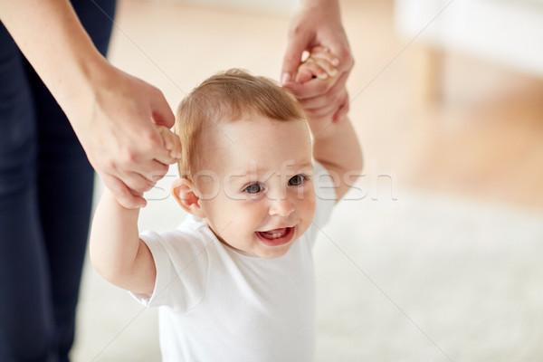 Szczęśliwy baby nauki chodzić matka pomoc Zdjęcia stock © dolgachov