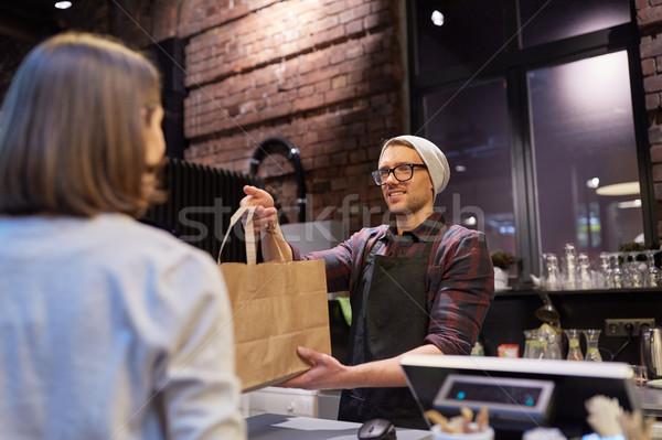 女性 紙袋 販売者 カフェ 中小企業 ストックフォト © dolgachov