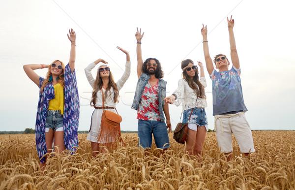 Feliz jovem hippie amigos dança cereal Foto stock © dolgachov