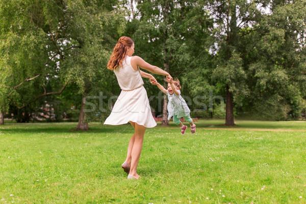 Feliz madre jugando verano parque Foto stock © dolgachov