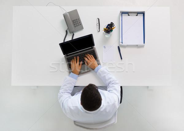 Médico escribiendo portátil clínica medicina salud Foto stock © dolgachov
