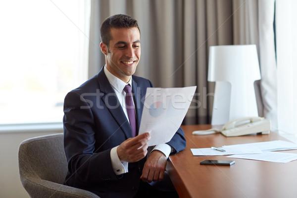 Empresário documentos trabalhando quarto de hotel pessoas de negócios papelada Foto stock © dolgachov